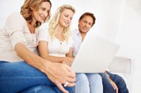Familie macht eine Girokonto Vergleich für Jugendliche