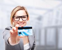 Frau hat ein Girokonto mit Kreditkarte