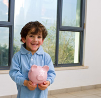 Kind hat Sparschwein als Festgeldanlage