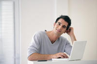 Mann freut sich über Tagesgeldkonto mit hohen Zinsen