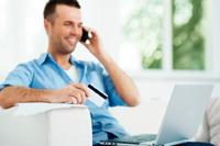 Mann freut sich über sein kostenloses Gehaltskonto