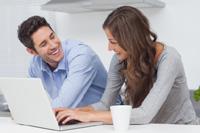 Paar vergleicht Festgeldangebote für Neukunden