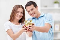 Paar macht Festgeld Vergleich