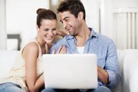 Paar macht Tagesgeldkonto Vergleich
