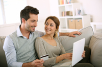 Paar hat Tagesgeld mit Kreditkarte