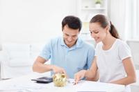 Paar freut sich über sein Girokonto mit Guthabenzinsen