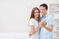 Glückliches Paar mit Girokonto mit Tagesgeld